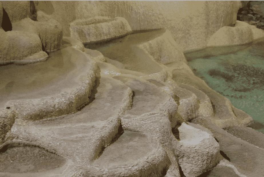 Les concrétions dans les grottes de la Balme