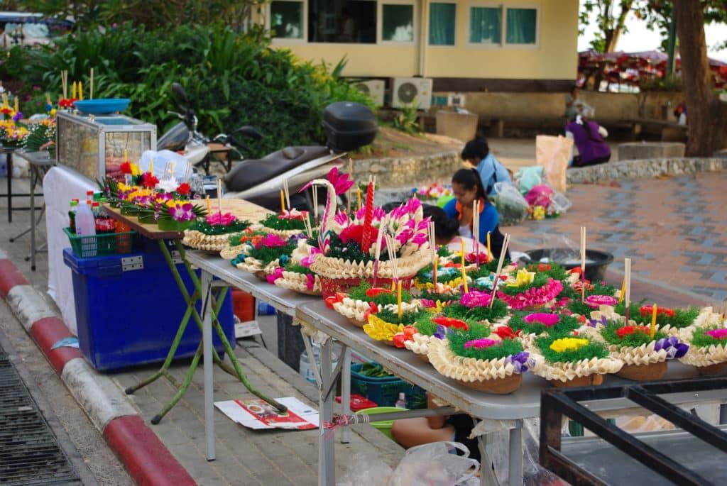 La fête des lumière et Loy Krathong la fabrication des Kratongs