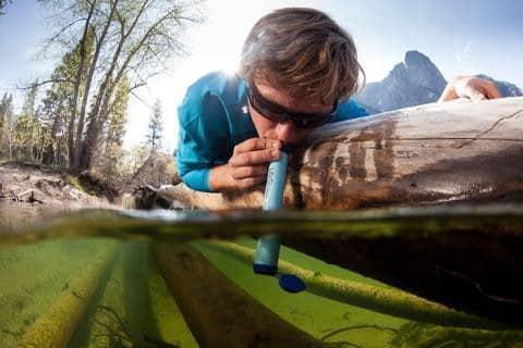 L'accès à l'eau potable autour du monde en voyage.les pailles filtrantes